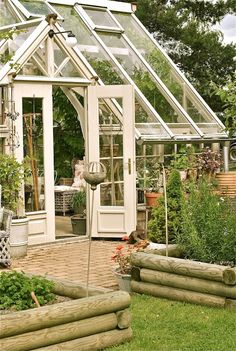 We enlist five outstanding best greenhouse ideas for beginners. These greenhouse ideas will enable you to devise strategies to shape the best possible model. Greenhouse Kitchen, Best Greenhouse, Conservatory Garden, Backyard Greenhouse, Greenhouse Ideas, Greenhouse Plants, Porches, Mini Serre, Greenhouse Interiors