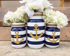 Centros de mesa náutica tarro de masón. Ancla el tarro de masón. Centros de mesa azul marinos y oro. Fiesta de playa decorado