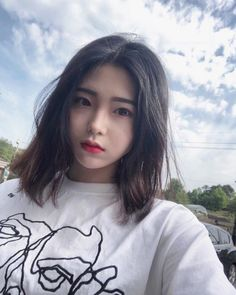 หั่นสั้นให้ได้ลุคชิค กับ ผมยาวประบ่า สไตล์ผู้หญิงเท่ผสมเปรี้ยว สวยเฉียบ ชิคกว่าใคร Girl With Brown Hair, Girl Short Hair, Short Hsir, Medium Hair Styles, Short Hair Styles, Hot Teens, Asia Girl, Pretty And Cute, Ulzzang Girl