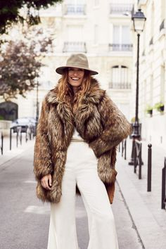 The October 2015 catalogue from Free People puts the spotlight on fashion influencers with style star Caroline de Maigret, model Toni Garrn and indie-pop duo… Plaid Fashion, Tomboy Fashion, Winter Fashion, Fox Fur Coat, Faux Fur Jacket, Faux Coat, Fast Fashion, Cool Girl Style, Street Looks