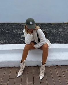 White Cap Outfit, Cap Outfit Summer, Summer Outfits, Fashion Poses, Fashion Outfits, Spring Summer Fashion, Winter Fashion, Jugend Mode Outfits, Europe Fashion