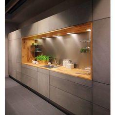 Amei essa cozinha! Armários limpos sem puxadores caixa em madeira e iluminação pontual Menos é mais!