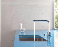 foorni.pl | Kuchnia w minimalistycznym wydaniu, szklany blat, beton w kuchni, bateria kuchenna, Kludi