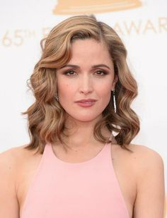 Rose Byrne's red carpet hair and make-up at the Emmy Awards in 2013 - beachy waves, with soft smokey eyes, defined brows and dusky rose-colored lips, (photo: Getty Images).