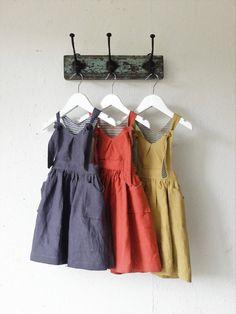 Inspirado en mi hija y mis orígenes como artista textil he producido una gama de ropa de bebé de estilo alternativo. Quise utilizar diseños y colores que eran no su promedio para los bebés.  Este es el te son pequeños lino Pichi Vestido!  De hermosa calidad 100% de lino y forrado en raya de algodón fino de coordinación este vestida es perfecto para todo el año. Con una falda, estilo racer-back correas y elástico en la cintura es ideal con o sin medias - echa un vistazo a mi mano teñida…
