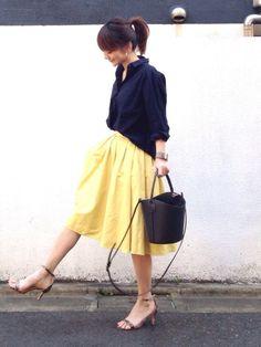 #ベルイエロー × ネイビー ふんわりスカートにシャツをインするなら、ユルっとしたオーバーサイズシ