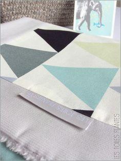 Couverture toute douce et coussin assorti pour bébé. Tissu triangles d'inspiration scandinave.  Fait main en France. Création Les toiles filantes.