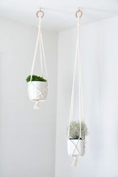 Tutorial for a very simple macrame planter. It is recommended by a visitor to use about 10 meters of rope for a 1 meter planter.