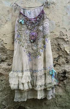 American Hippie Bohemian Style Boho ~ romantic embroidered and beaded top/tunic, antique and vintage laces, shabby chic, textil art collage Style Boho, Look Boho, Hippie Style, Boho Chic, Trendy Style, Mode Hippie, Bohemian Mode, Boho Gypsy, Hippie Bohemian