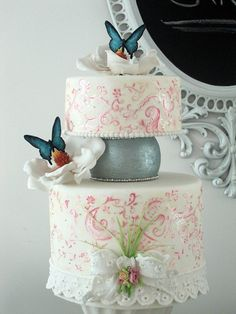 Such a sweet cake!  I love the bow.