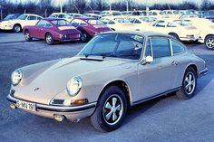 La Porsche 911 L st commercialisée en 1969 soit pour larrivée de linjection (Bosch) dans le bloc 2.0 l. Sa puissance est initialement de 158 chevaux mais atteindra 175 chevaux en version 2,2 l (1970) puis 185 chevaux avec la cylindrée de 2,4 l (1972).