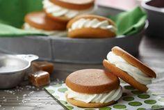 how to make Salted Caramel Whoopie Pies - easy whoopie pie recipe Refreshing Desserts, Fun Desserts, Delicious Desserts, Dessert Recipes, Yummy Food, Summer Desserts, Fun Food, Caramel Recipes, Pie Recipes