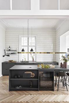 Linoleum er et naturprodukt der føles varmt og blødt. Hos &SHUFL får du snedkerfremstillede låger til alle IKEAs systemer - både køkken, garderode og bad.