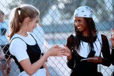 Cher Horowitz (Alicia Silverstone) und Dionne Davenport (Stacey Dash) aus dem Film Clueless wussten schon 1995, dass Tops über T-Shirts DAS Ding sind. Auch heute ist die Kombi wieder voll angesagt! Sportmode / Filmfashion #fashiontrends #timelesstrends #90s | Stylefeed
