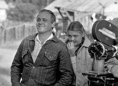 Родители -  Папа  -  актер  и  режиссер,  мамы  на  фото  нет,  но  тоже  актриса,  а  дочка  Юля -  и  актриса,  и  ведущая  на  ТВ. Меньшовы.
