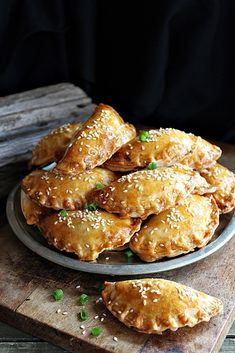 BLOGKONYHA: PITE CSIRKEMÁJJAL Eat Pray Love, Chicken Wings, Food To Make, Bakery, Paleo, Food And Drink, Sweets, Pizza, Snacks