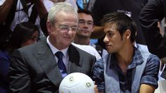 Neymar ao lado do CEO da Volkswagen Martin Winterkorn com a bola produzida pela Saturno Brindes no Salão do Automóvel em São Paulo.