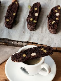 DIY-Anleitung: Schokoladen-Biscotti mit Mandeln und Pistazien backen via DaWanda.com