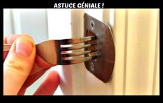 She puts a fork each evening in the lock of her front door. Tous les soirs, cette femme a l'habitude de coincer une fourchette dans sa serrure. Door Stays, Make A Door, Home Security Tips, Security Companies, Tips & Tricks, Wine Bottle Crafts, Door Locks, Just In Case, Helpful Hints