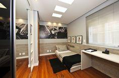Com 8,80m², o quarto para o adolescente buscava trazer a sensação de mais espaço, para isso utilizou-se uma cama baixa e um painel em meia parede. Apesar de pequeno, foi possível utilizar a cor preta nas portas dos armários favorecido pela composição de materiais e cores.