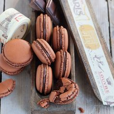 Airy chocolate macaroons-Luftige Schoko-Macarons For all lovers of dark chocolate. If you are not yet one, you will definitely be after enjoying these macarons. Baking Recipes, Cookie Recipes, Dessert Recipes, Brownie Recipes, Frosting Recipes, Easy Desserts, Brownie Cookies, Chocolate Chip Cookies, Chocolate Crinkles