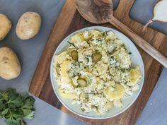 Deze aardappelsalade is ideaal om te serveren bij de barbecue en veel gezonder dan de salades in de supermarkt. Zelf aardappelsalade maken was nog nooit zo leuk en lekker.