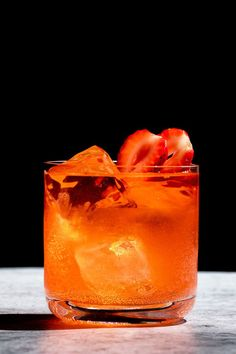 Your New Favorite Gin Drink is Named for El Chapo Gin Based Cocktails, Summer Cocktails, Juice Drinks, Alcoholic Drinks, Beverages, Cocktail Recipes, Drink Recipes, Strawberry Cocktails, Cocktail Night