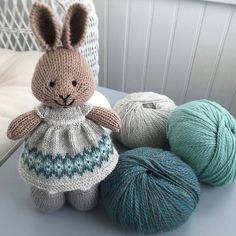 I first knit this dress in 2018 using Rowan Fine tweed(brown version). I repeated it using Play at Life Fiber Arts yarn (green version with lace collar). This newest version uses knit picks palett. Knitted Bunnies, Knitted Animals, Knitted Dolls, Crochet Toys, Animal Knitting Patterns, Crochet Patterns, Knitting Yarn, Baby Knitting, Little Cotton Rabbits