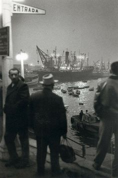 Noche Puerto de Valparaiso 1963 by Sergio Larrain History Of Photography, City Photography, Vintage Photography, Amazing Photography, William Eggleston, Henri Cartier Bresson, Magnum Photos, Foto Picture, Black And White City