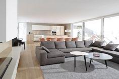 Essbereich mit massivem Holztisch, Riva. Stühle About a Chair, Hay und Hängeleuchten Smithfield, Flos.