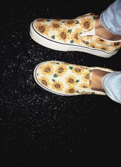 25 Chic Fashion Shoes To Wear Asap - Casual Shoes Women's Shoes, Sock Shoes, Me Too Shoes, Cool Vans Shoes, Diy Converse, Painted Shoes, Painted Vans, Sunflower Vans, Jamel