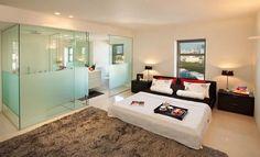 dormitorio-cuarto de baño con paredes de cristal glaseado de privacidad