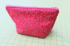 Zipper Pouch Tutorial - Peek-a-Boo Pages - Patterns, Fabric & More! Small Sewing Projects, Sewing Projects For Beginners, Sewing Hacks, Sewing Tutorials, Zip Pouch Tutorial, Sewing Machine Quilting, Peek A Boo, Diy Bags Purses, Bag Patterns To Sew