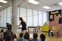 """María contando """"El caballero miedoso"""" en la Biblioteca Central de Móstoles. 29/07/2014"""