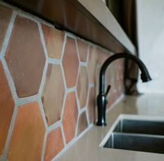 Terracotta tile as backsplash. Perfect for rustic kitchen and outdoor kitchens. Hexagon Tile Backsplash, Kitchen Backsplash, Wall Tiles, Diy Outdoor Kitchen, Outdoor Kitchens, Spanish Home Decor, Rustic Patio, Rustic Kitchen Cabinets, Best Kitchen Designs