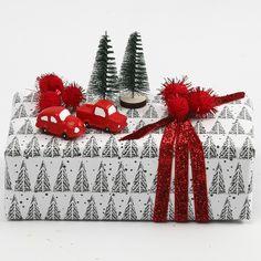 Julegaveindpakning med juletræsmotiv pyntet med pomponer og minifigurer |DIY vejledning Wrapping Gifts, Wraps, Wrap Gifts, Gift Wrapping, Rolls, Rap, Gift Packaging, Wrapping Presents