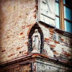 Niche votive avec #statuette de Sainte Vierge #cour #église #SaintExupère #Toulouse  #nichesdeToulouse #nichevotive #nichedangle #SainteVierge #ByToulouse #VisitezToulouse #We_Toulouse #igerstoulouse #tourismemidipy #patrimoine  #trésorspatrimoine #virginmary #madonne #sculpture #carving #statue