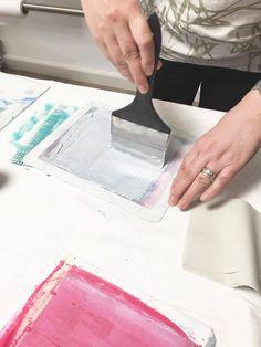 Sieb mit Farbe einstreichen Siebdruck trifft Patchworkstoff Workshop mit Michaela Müller Müllerin Art Michaela, Plastic Cutting Board, Workshop, Quilts, Up, Blog, Dyeing Fabric, Printmaking, Screenprinting