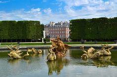 jardins de Versailles   para ver o álbum clique na foto   Os jardins de Versailles são imensos e se dividem em vários menores com nomes diversos em função da localização ou da escultura que o decora. Um dos mais bonitos é o Orangerie.  O trenzinho que circula em Versailles faz a ligação entre o castelo principal e o Trianon.  A beleza de Versailles sofre transformações de acordo com as estações do ano. Ora colorido, ora imponente, ora sublime.  Durante a primavera e o verão, o castelo de…
