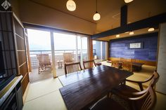 鞆の浦・汀邸遠音近音(みぎわていをちこち) 大きな窓の外に海を一望する客室。温泉露天風呂を設えたデッキテラスも完備。