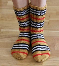Cool Socks, Knitting Socks, Diy Clothes, Handicraft, Mittens, Sewing Crafts, Knit Crochet, Burberry, Character Design