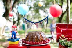 festa de aniversário tema picnic no parque para menino de cinco anos. Festa ao ar livre em espaço público.