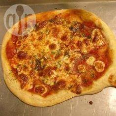 Pizza gemaakt met deeg van kwark en olie. Kwark gaat beter dan yoghurt, kleine eetlepel gebruiken als maat. Voor plaatpizza 450 gr