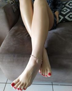 White feet are very tempting Nice Toes, Pretty Toes, Beautiful Toes, Lovely Legs, Feet Soles, Women's Feet, Pernas Sexy, Foot Pics, Barefoot Girls