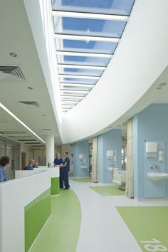 Staff workstations at the center of each eight-bed bay in the critical care department have a skylight to help bring daylight into interior spaces. Photo: David Barbour