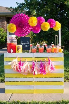 A spectacular teachable moment is the lemonade stand for children and a really fun one for parents, we invite you to take on your DIY Lemonade Sand project! Pink Lemonade Party, Watermelon Lemonade, Kids Lemonade Stands, Drink Stand, Idee Diy, Bake Sale, Mean Girls, Party Drinks, Summer Fun