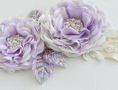 Купить или заказать Пояс для свадебного платья 'Violet' в интернет-магазине на Ярмарке Мастеров. Безумно красивый и сверкающий пояс для свадебного платья 'Violet'. Украшен цветами ручной работы с сердцевиной из жемчуга различных размеров и страз swarovski. Листочки расшиты бисером различных оттенков, могут принимать желаемую форму. Основа пояса двусторонняя атласная лента цвета айвори с кружевной аппликацией и бисерной вышивкой, длина 2 …
