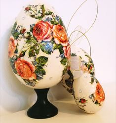 The product is an excellent proposition for an Easter company gift.The set consists of 3 pieces (three) of Easter eggs made by hand by contemporary artists in the découpage technique and inspired by Podhale folk art. Easter Season, Company Gifts, Egg And I, Hand Engraving, Beautiful Roses, Contemporary Artists, Easter Eggs, 3 Piece, Folk Art