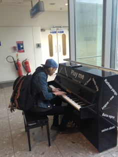 Jamie plays the piano in Toronto. Am I the only one who finds this adorable?!(: