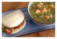 Thaise courgettesoep met garnalen, chilivlokken en koriander.